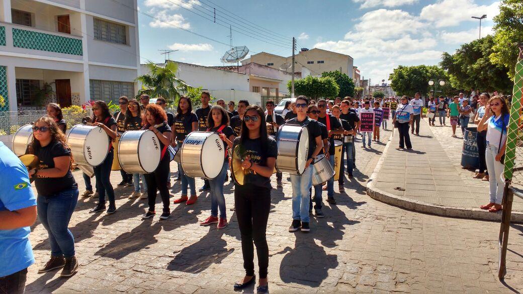 O 16 de Setembro é comemorado com grande desfile escolar e homenagem aos educadores municipais pelo