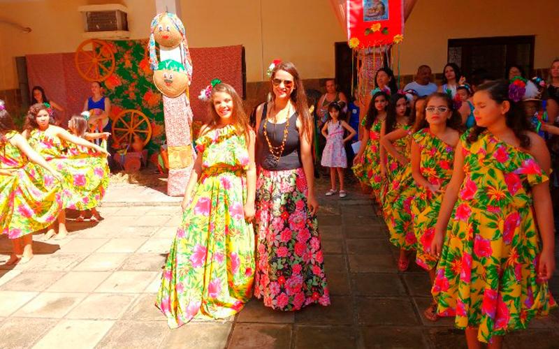 Alunos do Colégio São Vicente, em Pão de Açúcar, homenageiam a Semana do Folclore