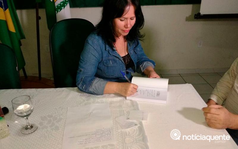 Rose Farias lança livro no auditório da FASVIPA, em Pão de Açúcar