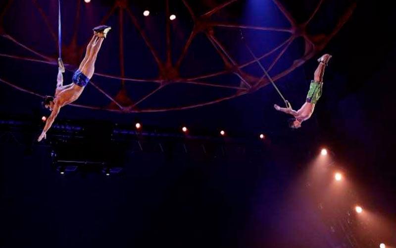 Os acrobatas Yann Arnaud e GoelOuisse atuam no