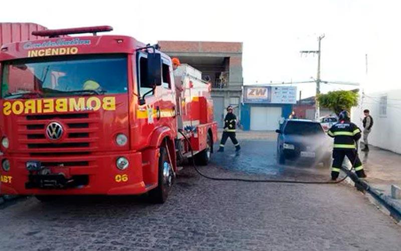 Após discussão com a esposa, marido ateia fogo no próprio veículo