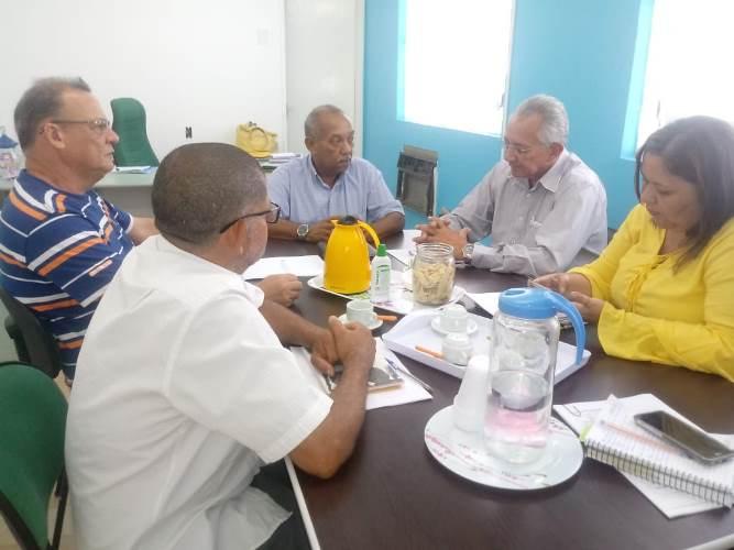 Representantes da ALEPA reunidos com a secretária da SEMED...
