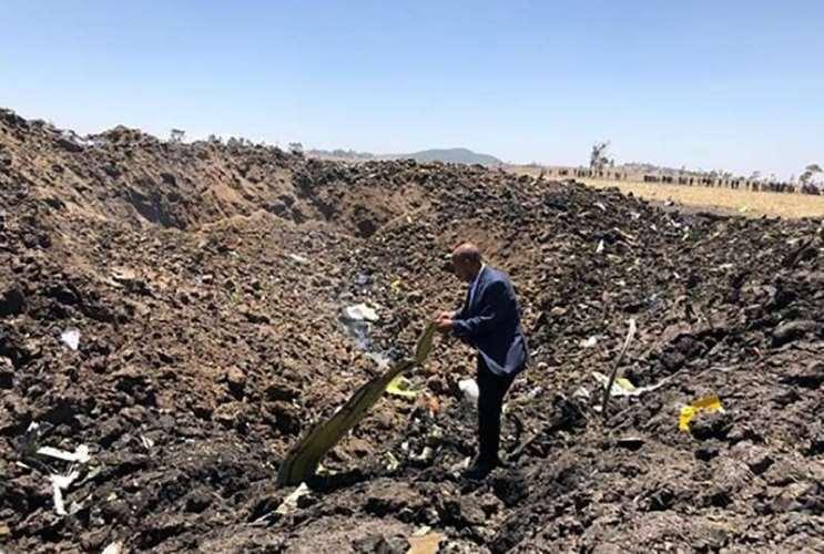 Homem inspeciona os destroços do avião, em foto divulgada pela Ethiopian Airlines
