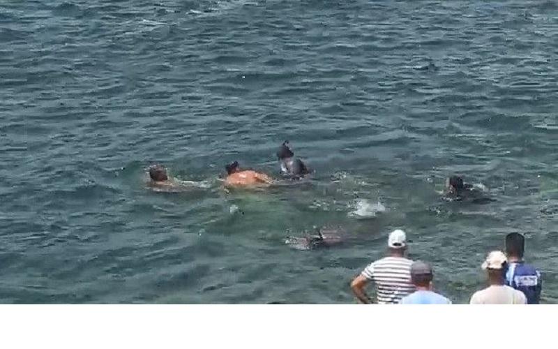 Populares se esforçam para recuperar carga que afundou com o veículo; carro foi retirado do rio, segundo empresa de açaí