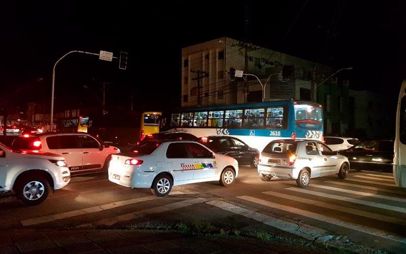 Trânsito ficou congestionado no bairro do Farol, em Maceió, por causa da falta de energia