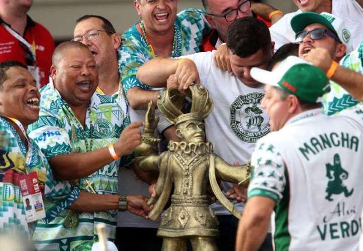 ntegrantes da escola Mancha Verde recebem troféu