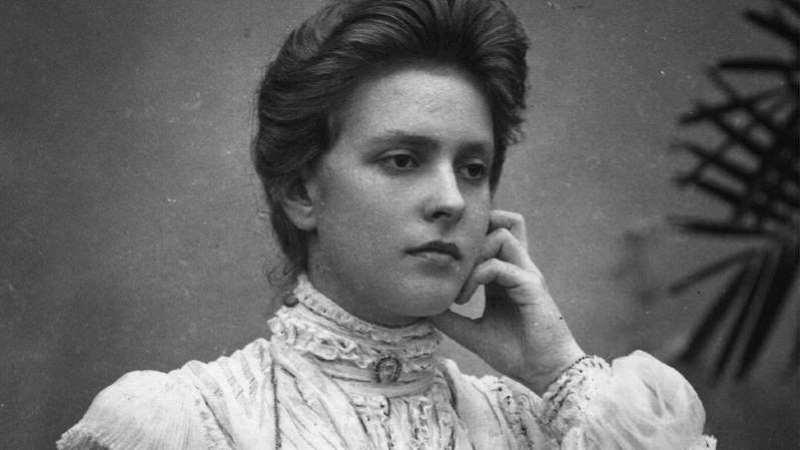 A princesa Alice de Battenberg nasceu na presença de sua bisavó, rainha Vitória da Inglaterra, no castelo de Windsor em 1885