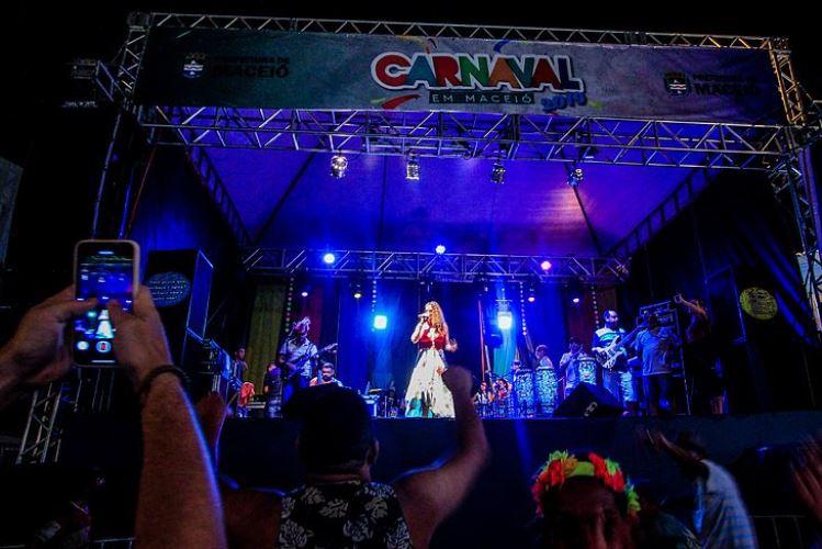 Foliões lotam polos no terceiro dia de carnaval em Maceió