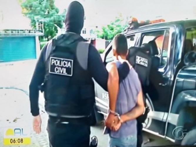Acusado é conduzido à sede do Code, durante operação
