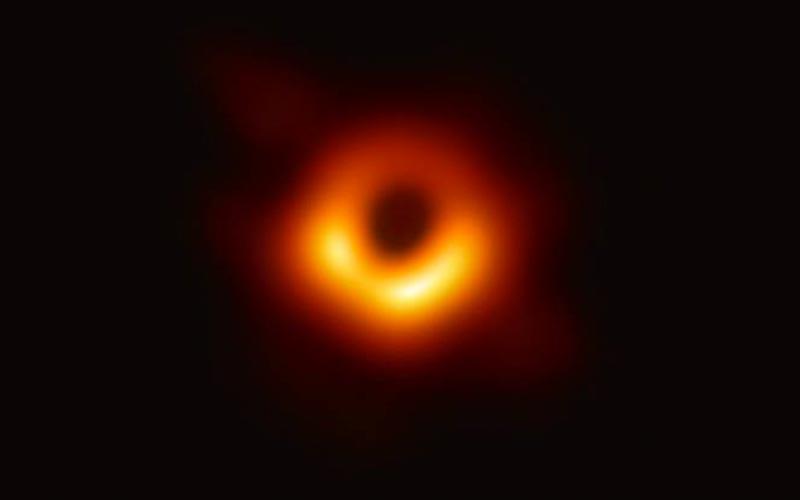 Semelhança entre a foto divulgada nesta quarta, 10, e as ilustrações de pesquisadores da área é um ganho para a credibilidade dos estudos destes corpos celestes - 10/04/2019
