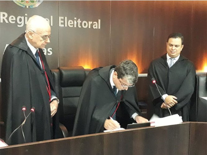 Acompanhado por seus colegas de classe, o advogado Hermann tomou posse neste domingo (5)